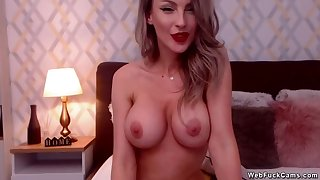 Big tits camgirl gets orgasm here bed