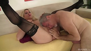 Voluptuous vixen Carla Craves gives the brush rout to a determined lover